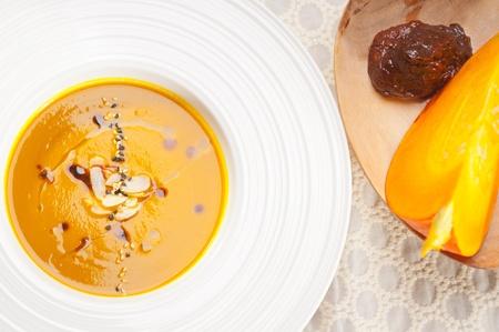 신선한 클래식 전통적인 천연 호박 수프의 근접 매크로