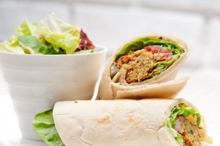 Falafel Pita bread roll Wrap-Sandwich traditionellen arabischen Nahen Osten Lebensmittel Standard-Bild