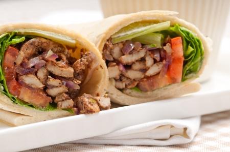 envolturas: kafta shawarma de pollo pita envoltura tirada s?wich tradicional ?be mediados comida oriental Foto de archivo