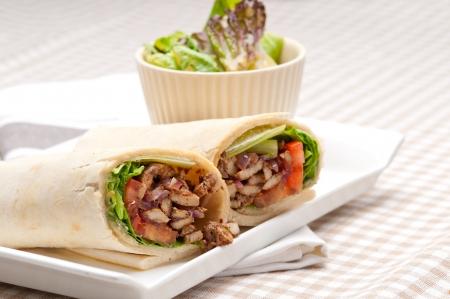 pinchos morunos: kafta shawarma de pollo pita envoltura tirada s�ndwich tradicional �rabe mediados comida oriental Foto de archivo