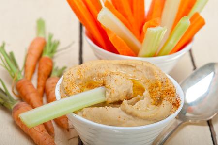 marchewka: świeże hummus dip z surowej marchwi i selera arab środku eastent zdrowej żywności