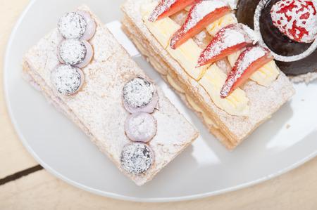 dessert plate: selezione di napoleon panna fresca e mousse al cioccolato piatto da dolce da dessert Archivio Fotografico