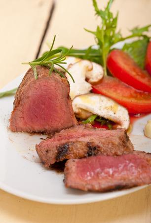 carne asada: mignon filete de ternera a la parrilla con verduras frescas en el lado, setas tomate y ensalada de rúcula