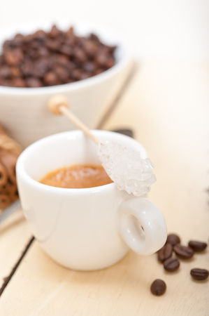 comida arabe: espresso coffee  over white wood rustic table  with sugar and spice