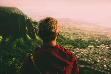 Model op een populaire wandeling genaamd stairway to heaven op het eiland Oahu op Hawaï, tijdens een prachtige zonsopgang.