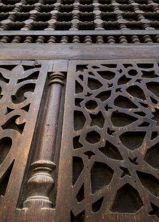 12 o'clock: An interleaved wooden ornaments Arabisk unit, part of a facade in a historic house in Old Cairo, Egypt