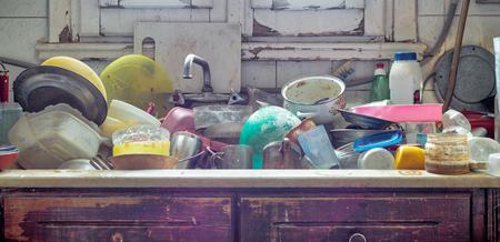 Stapel von schmutzigen Geräten in einem Küchenwaschbecken Standard-Bild - 95450881