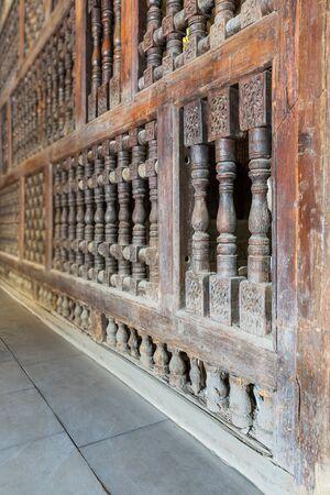 Angle view of interleaved wooden ornate wall - Mashrabiya - at abandoned building Imagens