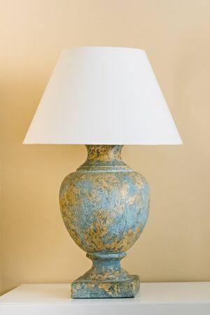 Große schöne Nachttischlampe im Inneren des Zimmers. Nahaufnahme Standard-Bild