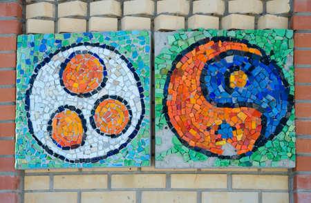 """pacto: Kazán, República de Tatarstán, Rusia - 13 febrero 2016: Viejo establecimiento Arakchino. complejo arquitectónico. El templo de todas las religiones. El templo ecuménico. Símbolo del Pacto Roerich """"Bandera de la Paz"""". Símbolo de yin yang. Mosaico hecho de vidrio de color."""