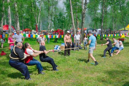 Kazan, Republic of Tatar, Russland - 28. Mai 2016: Wettbewerbe im Tauziehen unter den Menschen. Sabantuy (übersetzt aus dem Tatar - Fest des Pfluges) ist eine traditionelle Feier des Endes der Feder Feldarbeit.