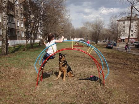 animalitos tiernos: Los ni�os est�n jugando con el perro grande