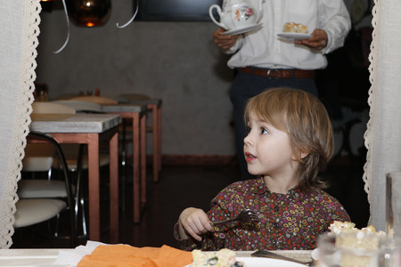 ojos marrones: Beautiful little girl with big brown eyes in the cafe Foto de archivo