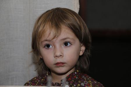 ojos marrones: Ni�a hermosa con los ojos marrones grandes en el caf�