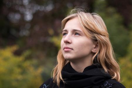 adolescencia: al aire libre chica agradable en un día de otoño