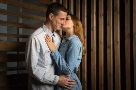 parejas enamoradas: Bella pareja en una habitación forrada con madera