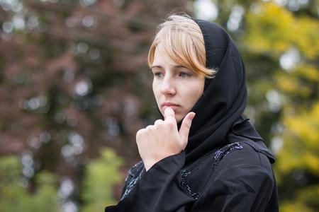 snění: Hezká dívka v muslimských šatech venku v podzimní den Reklamní fotografie
