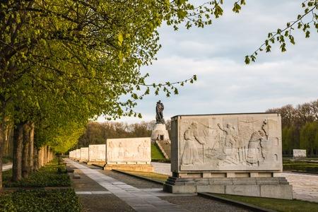 seconda guerra mondiale: Germania, Berlino - aprile 20, 2017: monumento in memoria di guerra Treptov parco per soldati sovietici a Berlino nel 2017 Editoriali
