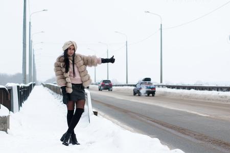 Mooi meisje buiten in een winterse dag