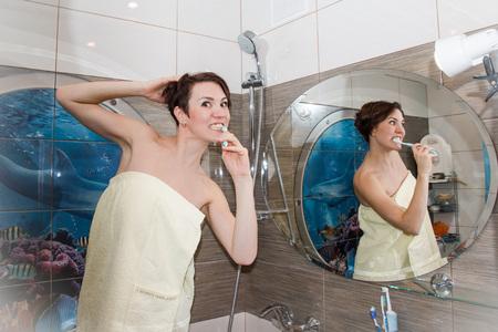 Фото красивых девушек у ванной купается фото 451-295