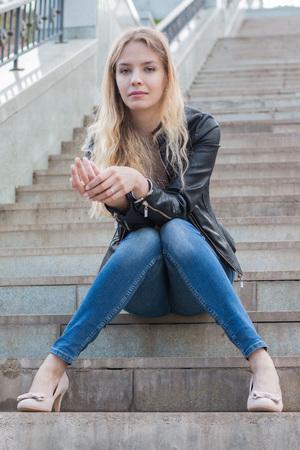 Meisje met blond haar op de stenen trappen Stockfoto