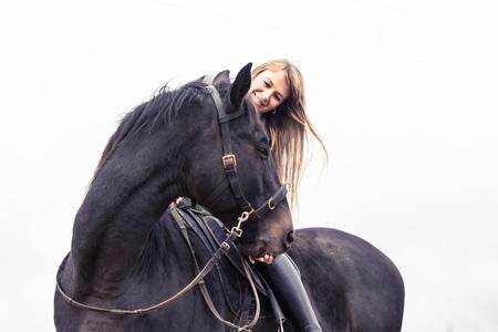 Fille et le cheval dans un jour d'automne Banque d'images - 81871512