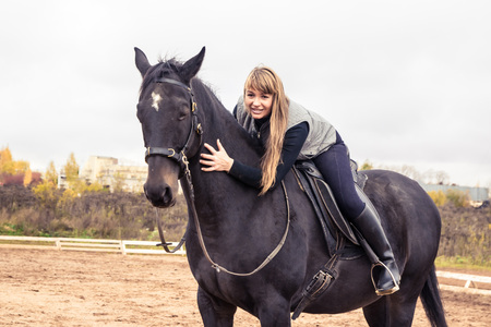 Mädchen und Pferd in einem Herbst-Tag Standard-Bild - 82803101