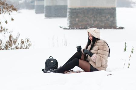 Leuk meisje buiten in een winterdag