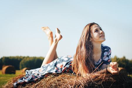 Teenager-Mädchen in einem Herbst Feld mit Heuhaufen Standard-Bild - 88430248