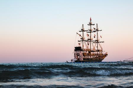 Bateau de pirate sur la mer dans une soirée d'été Banque d'images - 88821000