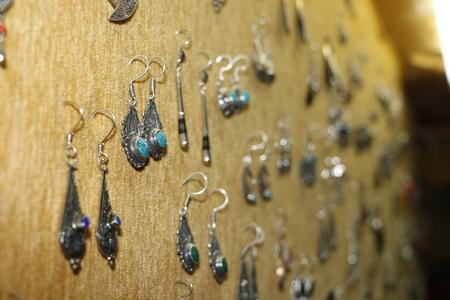 屋内の宝石店でシルバージュエリー 写真素材