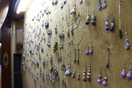 屋内の宝石店で銀の宝石