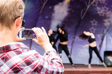 Kirov, Russie - 8 juillet 2018: Artistes lors d'un spectacle public dans un parc pour enfants MultiLand dans la ville de Kirov