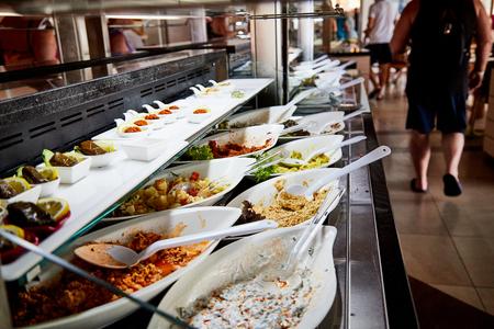 Essen in den Regalen im Selbstbedienungsbuffet mit All Inclusive im Hotel in der Türkei