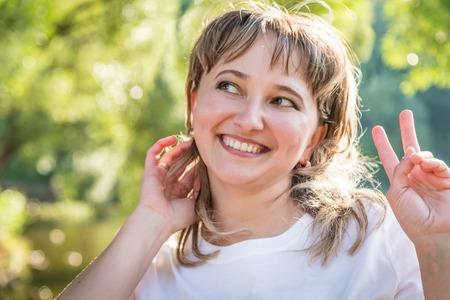 Gewoon meisje met dikke wangen in het park op een zonnige zomerdag