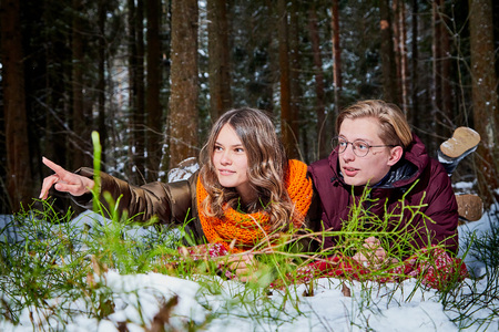 Young pleasant couple in a forest in a winter day Reklamní fotografie