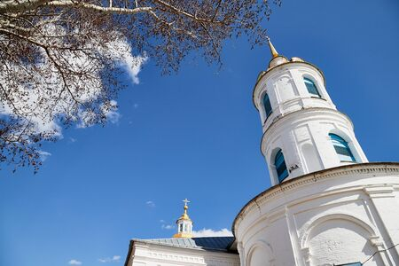 Traditional russian church with domes in nature landscape in a day. Architecture in the Orthodox religion 版權商用圖片 - 133295778