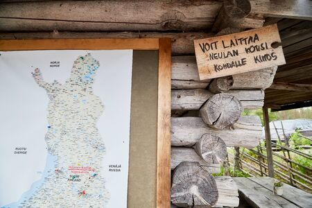 SUOMUSSALMI, FINLAND - JULY 24, 2019: Map with flags marking the places of travel of tourists in the world and Finland on the wall of wooden house 版權商用圖片 - 133772928