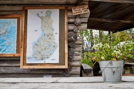 SUOMUSSALMI, FINLAND - JULY 24, 2019: Map with flags marking the places of travel of tourists in the world and Finland on the wall of wooden house 版權商用圖片 - 133772956