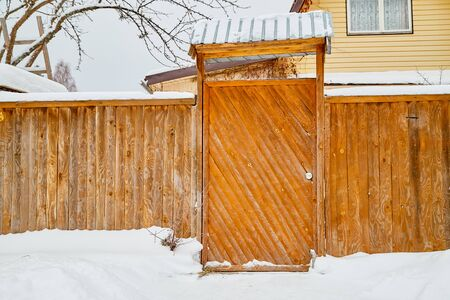 Wooden gate in traditional Russian style and snow around in winter day 版權商用圖片 - 133772962