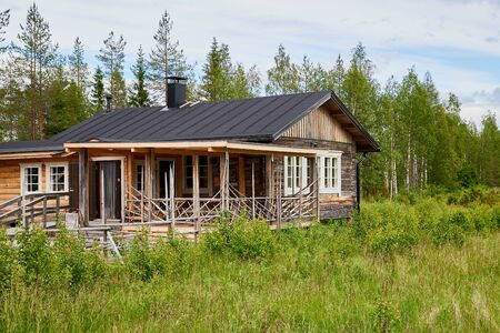 A typical village house in the countryside in Russia in a summer or spring day 版權商用圖片 - 133773007
