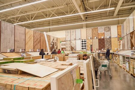 Kirov, Russia - November 23, 2019: Trading hall with goods and people in it in the store Leroy Merlin. Building materials, things for the house and buyers in the big shop Redactioneel