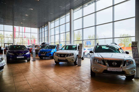 Kirov, Russia - May 07, 2019: Cars in showroom of dealership Nissan in Kirov in 2019 Redactioneel