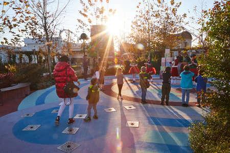 Antalya, Turkey - December 17, 2019: Animation for children in Sunny Park. Nice girls dancing for kids 新聞圖片