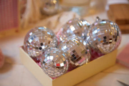 Box with mirror ball for Christmas tree decoration and fir branch on the table Stockfoto