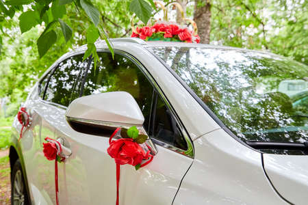 Decorations for a wedding car in Russia. The car of the newlyweds on summer day Stockfoto