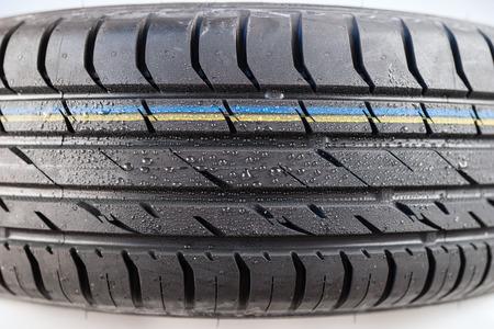 rodamiento: Close-up shot de la banda de rodadura del neumático clásico en condición de clima húmedo