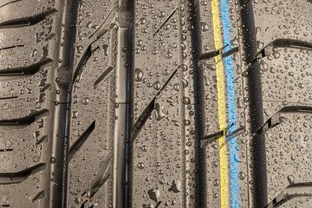 banda de rodamiento: Close-up shot de la banda de rodadura del neum�tico cl�sico en condici�n de clima h�medo