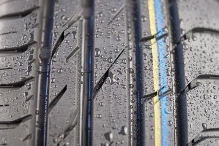 rodamiento: Close-up shot de la banda de rodadura del neum�tico cl�sico en condici�n de clima h�medo