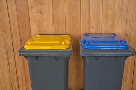 papelera de reciclaje: Dos papeleras de reciclaje colorido Foto de archivo
